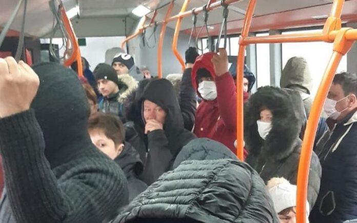 Unii dintre romani refuza sa poarte masca in autobuz