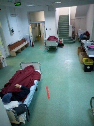 Pacienti pusi pe hol pentru ca nu mai au loc in saloane